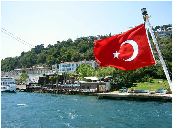 이스탄불_터키 국기가 휘날리는 보스포러스 크루즈