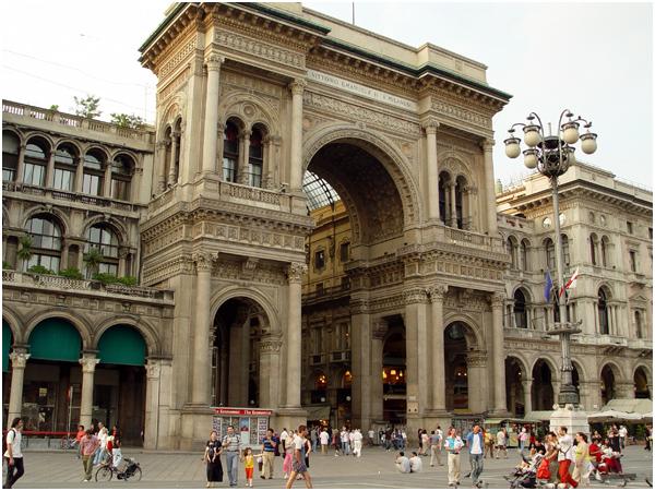 밀라노_만남의 중심지 아케이드 외부 광장